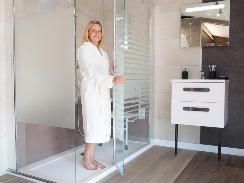 Douche avec paroi en verre et porte