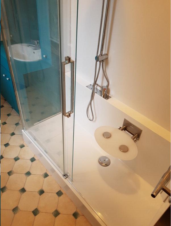 Photo de nouvelle douche avec siège rabatable