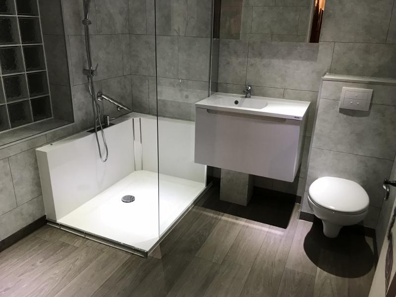 Douche moderne avec paroi fixe