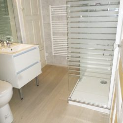 Douche Easy Shower avec paroi en verre et porte coulissante