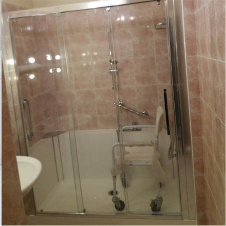 Douche avec siège à roulette pour PMR