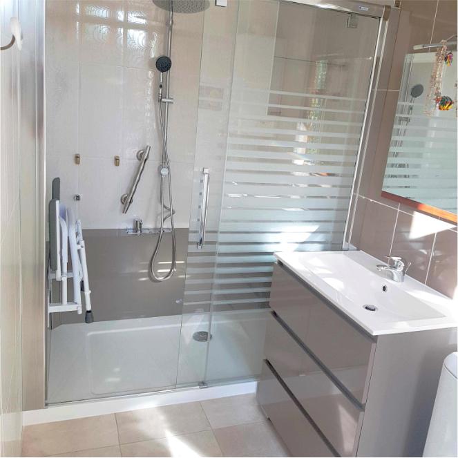 Douche sur mesure sécurisée avec accesoires de maintien