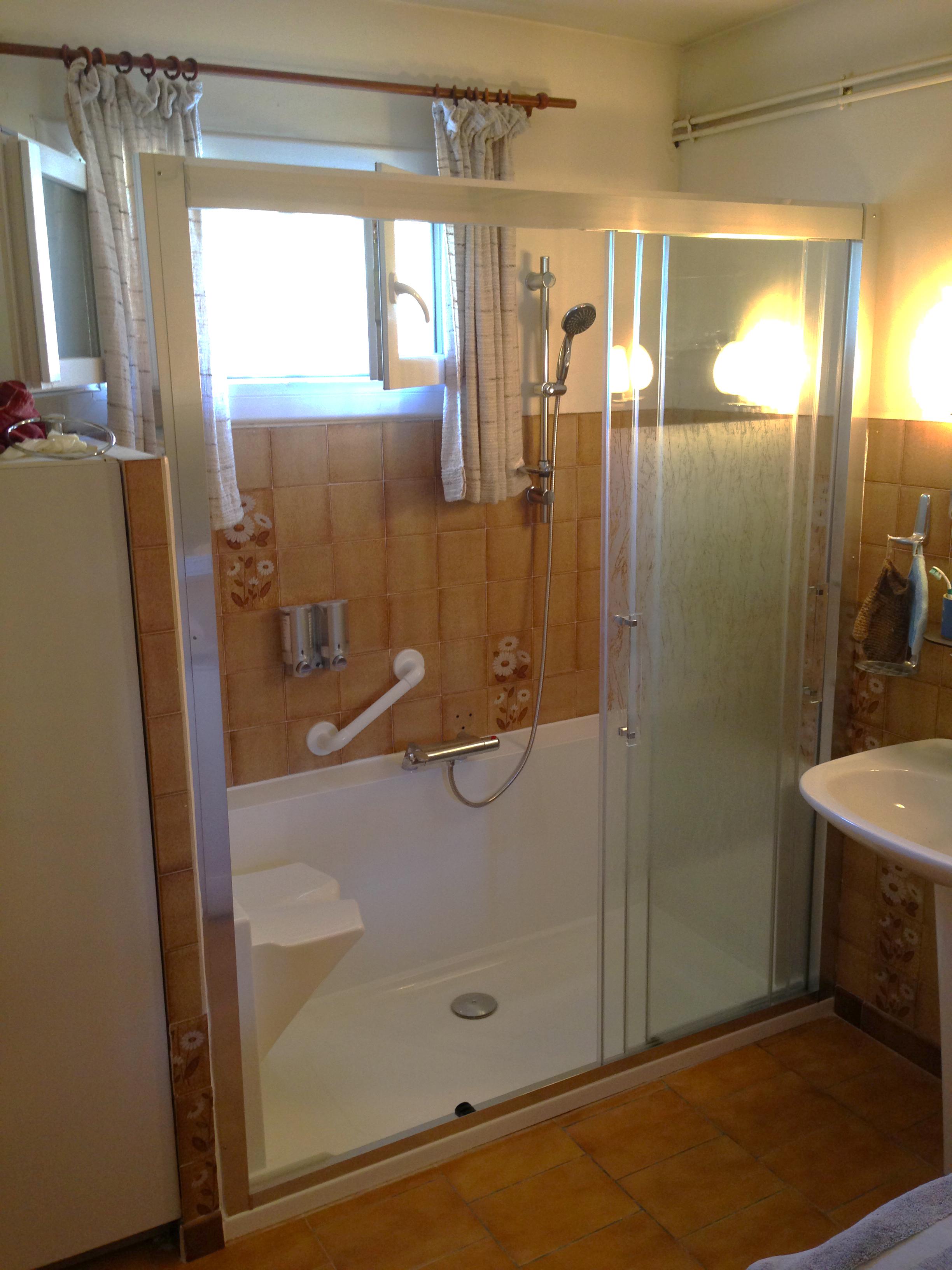 Douche avec accessoires de maintien