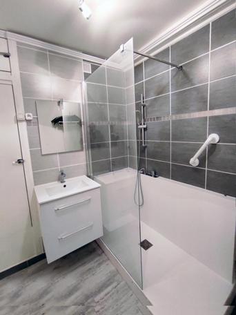 remplacement-baignoire-en-douche-grise-2-apres